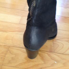Billie Bi lang sort støvle i nubuck str 37