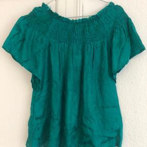 Lækker grøn off shoulder top fra Lollys Laundry. Det sidste billede viser bedst farven og mønsteret