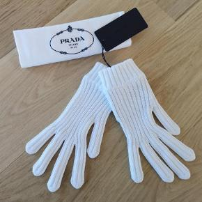 Varetype: Handsker Størrelse: Small Farve: Hvid  Sælger mine fine hvide Prada handsker. 100% bomuld. Jeg har aldrig nænnet at tage dem i brug så tag er stadig på. De fejler absolut intet.  Str small.   Husker ikke nypris. Mp 750 kr.