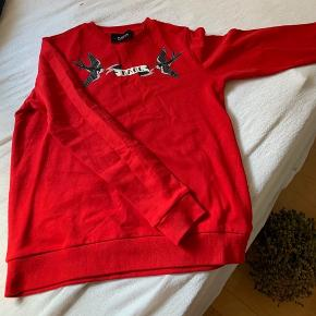 Rød Karl Lagerfeld sweater i str. M. Aldrig brugt. Logo på brystet. Og logo i nakken.  Måler 60 cm i længden og 49 cm i breden