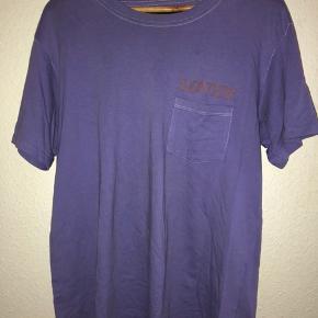 Ny pris: 350kr. Min pris 150kr, men byd gerne.  Mærket er Bianca Chandôn.  T-shirten er en størrelse L, men har et slim fit.  Der er tegn på brug ved kraven, som kan ses på sidste billede, men det er ikke tydeligt.  Køber betaler fragt.