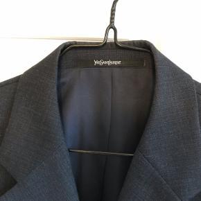 Yves Saint Laurent habit jakke. Trænger til at blive strøget. Næsten ikke brugt. Byd! Nypris 13000