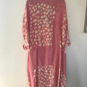 Skøn IG lyse rødkjole med hvide prikker  i hør. Modellen er en klassisk IG model og falder rigtig flot. Der er en lomme i hver side af kjolen. Den er brugt få gange og er derfor i rigtig pæn stand. Jeg har taget IG mærket ud, da jeg købte kjolen, da jeg ikke kan lide at have mærker i nakken.