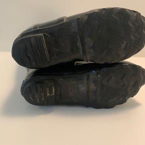 hunter gummistøvler - deres model med neopren for. de går også skråt oppe ved læggen.  stort set som nye - nypris 1300kr