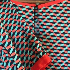 Lækker skjortenluse i friske farve (dog svært at se på billede). Passer til en str 38/(36) (ej med stor barm). God pasform og ellers normal i størrelsen. Afhentning/mobile pay eller kontant