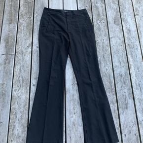 Sælger ZARA flare bukser, da jeg ikke kan passe dem mere.. men de er i fin stand og der er ingen tydelige tegn på slid.  Køber betaler fragt ;)