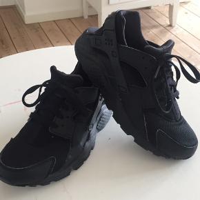 Nike Air Huarache i str. 39. Skoene er brugt enkelt gange, men fremstår stadig i den fineste stand. Skoene er små i str., så de er svarende til i normal str. 38.
