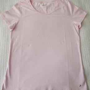 T-shirt fra Boomerang. Bryst mål 101 cm. Total længde 67 cm