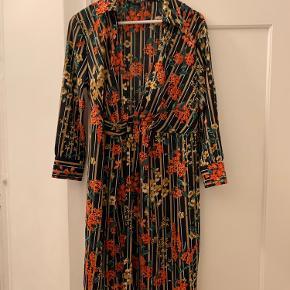 Fin mønstret slå-om-kjole fra Zara  Den har været brugt og vasket nogle gange, men fejler ikke noget 😊  Skriv pb for flere billeder  Jeg tager gerne imod bud!  Jeg bytter ikke 💕