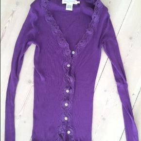 Varetype: Bluse i silke Farve: Lilla Oprindelig købspris: 499 kr.  Kom med et bud ;-)  ****Se også alle mine andre annoncer****