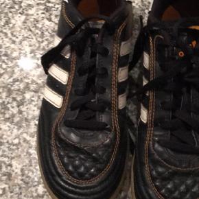 Varetype: Sko Farve: Sort  Indendørs sko—- brugt til indendørs sport derfor i fin stand