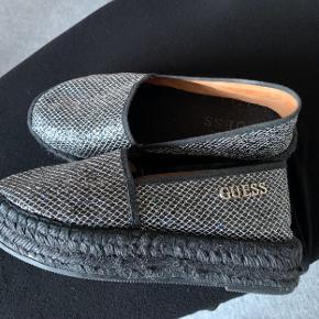 Rigtig flotte sko fra Guess, købt i Spanien men desværre for små.....🥺 Aldrig brugt....