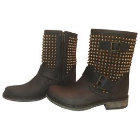 Fine støvler fra Steve Madden. Billedet er lånt fra Vestiairecollective. Sender gerne billeder af mine egne :-)