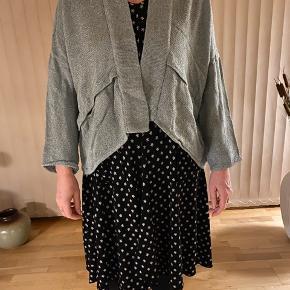 Flot cardigan sælges da jeg aldrig bruger den. Har haft den på én gang til en kjole så fremstår som ny. Farven er svær at beskrive....ikke grøn og ikke petrolium, men billedet viser den ret fint.
