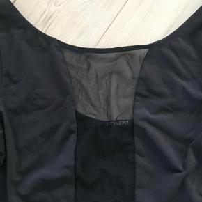 Varetype: body med mesh Størrelse: S/M Farve: sort  Bytter ikke