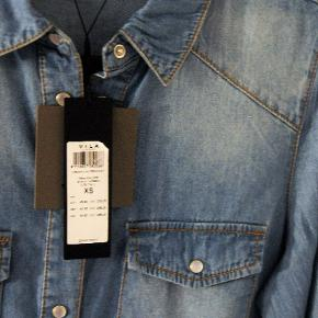 Denim skjortekjole. Stadig med prismærke - aldrig brugt og i perfekt stand. Str XS (34/36).  Afhentes i 2920 Charlottenlund eller sendes via TS :-)