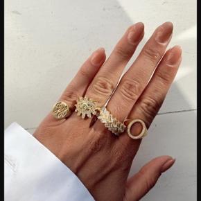 Joseph CPH Paula eye ring str. 55. Sælges da jeg ikke bruger den mere. Den er i meget flot stand, det eneste er lidt slid på bagsiden, og ringen er blevet lidt formet efter min finger - se evt. sidste billede.