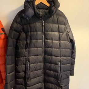 Super lækker jakke i dun fra Etage Plus. Jakken er kun brugt i få mdr. Intet slid osv. bryst mål 2 x 60 cm. Længde 87 cm.
