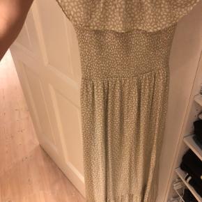 Rigtig fin kjole fra Abercrombie & Fitch. Passer xs-sAldrig brugt med mærke i. Ny-pris 650kr. Kan både bruges med en sweater over, eller som rigtig fin off/on S-holdet kjole. Skriv pb for flere billeder😄