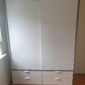 Trysil gadarobeskab fra IKEA købt for 3,5 år siden. Skabet har været med på 1 flytning og har derfor nogen små ridser, dog bemærker man dem ikke, da de ikke sidder på fronten. Køber skiller selv skabet ad og får det hjem. :) Er åben for mindre beløb hvis det hentes inden søndag aften (d. 15/9).