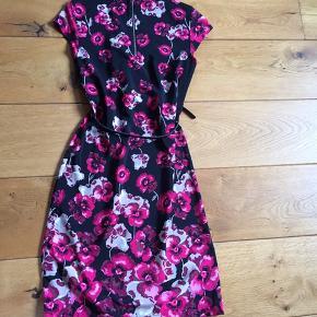 Flot kjole, som kun har været på een gang, ser ud som ny. Bæltet følger ikke med
