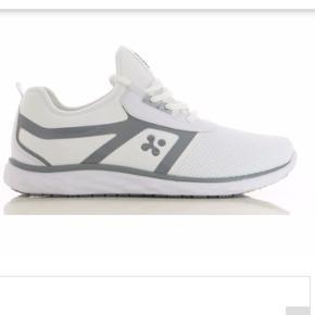 Skoen er hvid med grå str 41 26,5cm