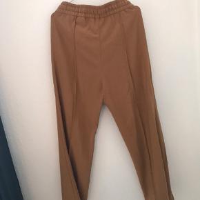 Fine bukser stadig med prismærke
