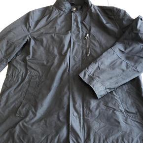 Varetype: jakke Størrelse: 58 Farve: sort Prisen angivet er inklusiv forsendelse.  Hugo Boss jakke med flere lommer.