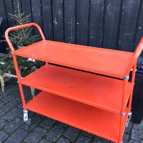 • R u l l e v o g n •  Metal, patina og en fræk orange farve i skøn forening på dette retro rullebord med solide hjul til mange funktionsmuligheder eksempelvis som barbord, plantebord, opbevaring i køkken børneværelse etc.  1299,- fast lav pris!   Mål inkl. håndtag:  B 108 D 47 H 94   Retrorustik  #tilsalg #sælges #interiør #retro #genbrug  #danskehjem  #danskerum #retromøbler  #boliginspiration  #genbrugssalg #genbrugsguld #loppesalg #tilsalgaarhus #sælgesaarhus #aarhus ##retrosalg  #retrosalgaarhus #loppemarked #retromarked #retroguld #loppehjem #genbrugshjem #indretmedgenbrug #personligindretning #rullebord #rullevogn #barvogn #barbord #patina #retrobord værkstedsvogn metalvogn metalbord vogn pakkevogn plukvogn serveringsvogn køkkenvogn