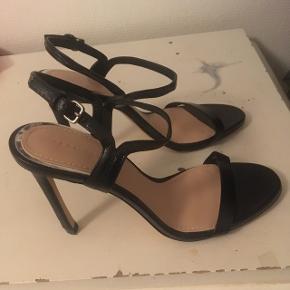 Fine stilletter i sort, sidder godt fast på foden. 10 cm hæl, og aldrig brugt Nypris 400 mindstepris 130 + Porto