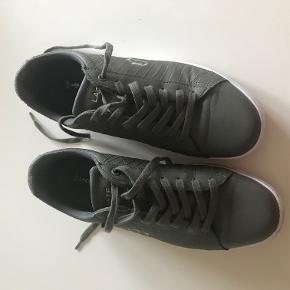 Lacoste sneakers. Grønne (oliven/army), str. 42. Kun brugt få gange. Stort set som nye.