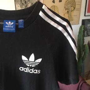 Klassisk T-shirt fra Adidas i str. XS. Fejler absolut intet.