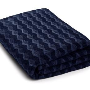 KUBUS sengetæppe Navy Blazer, mørkeblå blå, har et utroligt flot mønster og fejler indenting.  Str. 260x260  Nypris 1790 kr.
