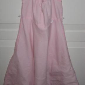 Fin kjole med spaghettistropper.  Se også mine andre annoncer.  kjole - festkjole Farve: Lyserød