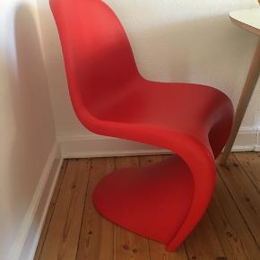 Panton stol af Verner Panton, sælges ELLER byttes til en hvid eller gul. Den er brugt, men da stolen er af plastik er den nem at rengøre. Den fejler intet og kommet fra røgfrit hjem. :-)