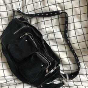 Smuk Nunoo Alimakka taske i sort ruskind sælges🖤🖤  Har været brugt i en lang periode og derfor en del tegn på slid ved lynlås osv men rigtig på indeni  Kan sende flere billeder, byd!