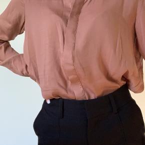 Jeg sælger denne lysrust farvede skjorte fra moss copenhagen, den er brugt, men har ikke tegn på slid og den fremstår som ny. Skjorten er en størrelse medium. Skriv gerne for mere info, køber betaler fragt:)