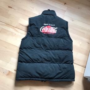 Coca cola vest str L. Der står ikke størrelse i men den er købt som en L  Meget tyk og varm