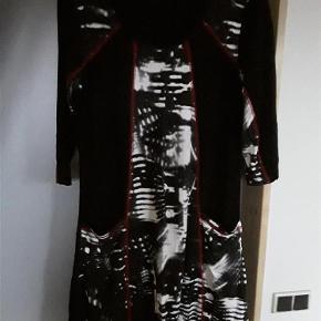 Sød kjole med lommer, Eatelle str. xl, 95% viskose 5% elastan. Brystca. 100, længde 91 cm.  Kjole Farve: Sort mønster