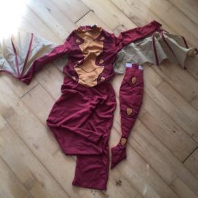 Drage flagermus Udklædning, vinger kan tages af  6-8 år   Bærer præg af flagermus kamp, Men der er masser af leg tilbage i denne sjove dragt  Sender gerne   Udklædning temafest Halloween fastelavn kostume