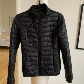 Skøn og let jakke fra Magasin du Nord sælges. Varmer skønt og kan foldes sammen, så den slet ikke fylder noget. Ingen tegn af slid. Hvis varen skal sendes, betaler køber fragten.