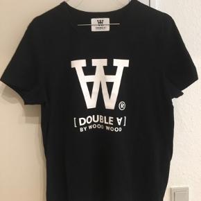 Super fed Double V t-shirt fra Wood Wood i str. L. 100% organisk bomuld. Lille i størrelsen.