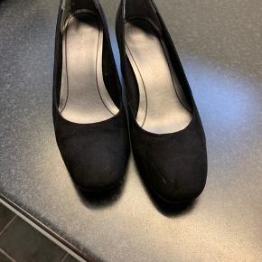 Flot sko med lav hæl, brugt meget få gange.