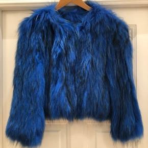 Smukkeste blå pels der aldrig er brugt. One size men jeg er str. s/m og den passer perfekt.  Kan afhentes på Østerbro.