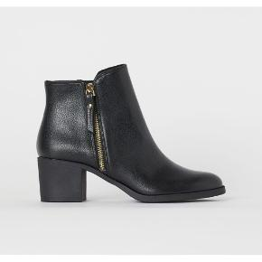 Sorte ankelstøvler fra 'H&M' i str. 37.  Helt nye. Ingen mærker eller ridser eller slid.  Imiteret læder.  'Guld' hardware.  Hæl: ca 5cm.   *Bytter ikke. *Prisen er fast.  *Varen sendes fra dyr og røgfrit hjem.