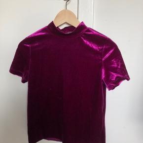 To velour t-shirts fra ZARA i god stand.    Èn for 35 to for 60.   Har trøjerne i de to farver som ses på billederne.   Køber betaler fragt.