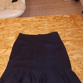 Næsten helt ny nederdel fra Baum und Pferdgarden sælges, brugt maks 5 gange, så står helt som ny