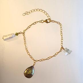 Håndlavet armbånd i forgyldt sølv med olivengrøn perle, biwaperla og grøn bicone, og halvædelsten (flourit). Ca. 16 cm lang, men kan indstilles i længden op til 20 cm. Nikkelfri.  PRISEN ER FAST.