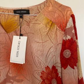 Smuk kjole med fine detaljer sælges. Det er str. M/L