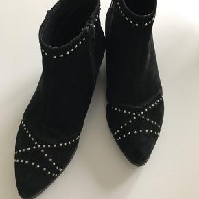 Lækre støvler i ruskind der aldrig er blevet brugt